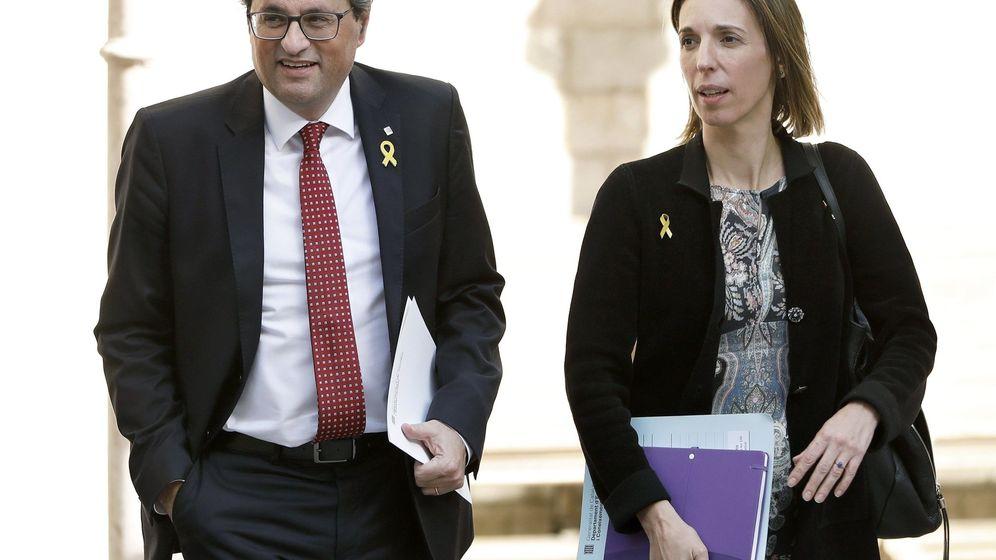 Foto: El presidente de la Generalitat, Quim Torra, acompañado por la 'consellera' de Empresa y Conocimiento, Àngels Chacón. (EFE)