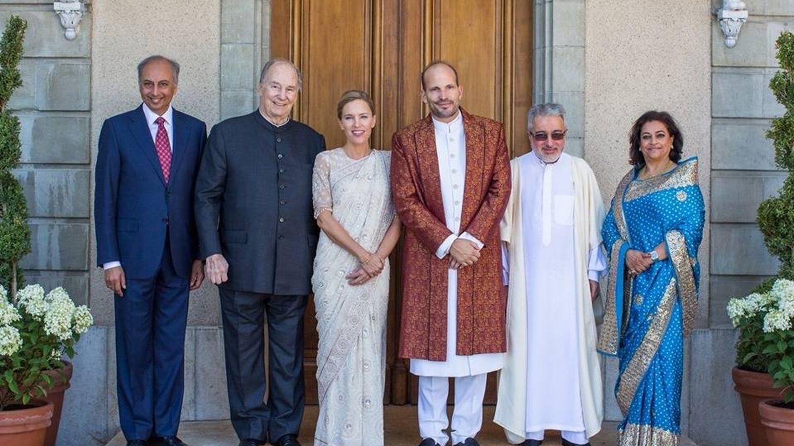 Foto: Los novios, con el Aga Khan (junto a la novia) y otros invitados a su boda. (The Ismaili / Facebook)