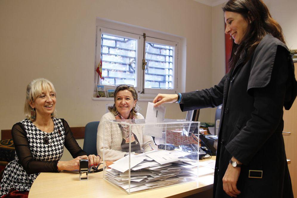 Foto: Una electora española deposita su voto para el 26-J en la urna habilitada en el Consulado de Montevideo, en Uruguay. (Efe)