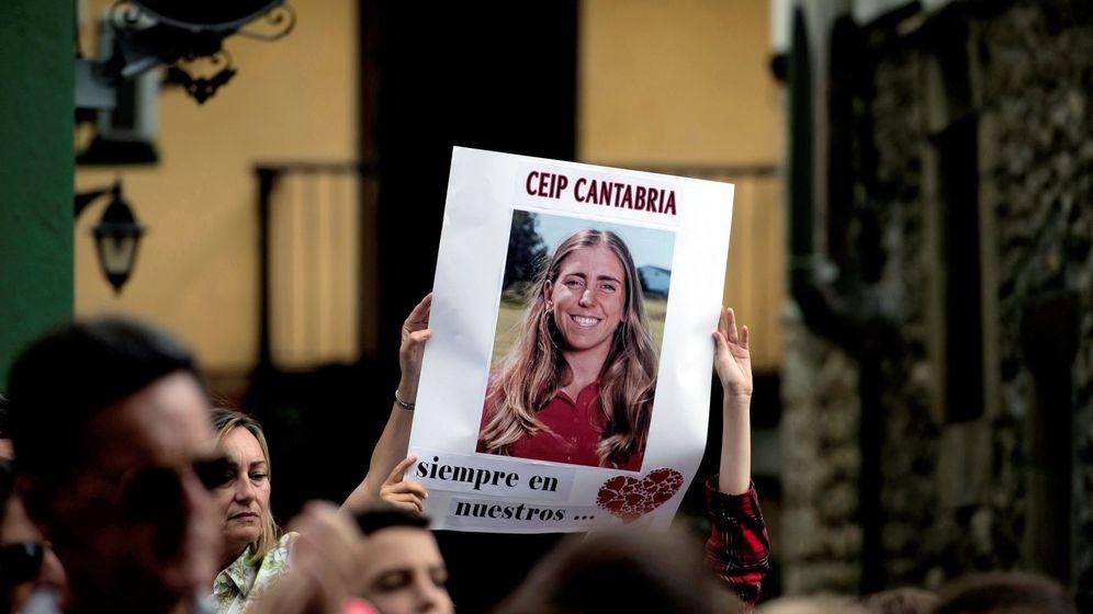 Foto: Concentración en la localidad cántabra de Puente San Miguel, con motivo de la trágica muerte de la golfista Celia Barquín en EEUU. (EFE)