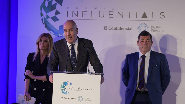Nacho Cardero, director de El Confidencial, acompañado de Sandra Golpe (presentadora) y Miguel Riaño (Herbert Smith Freehills).