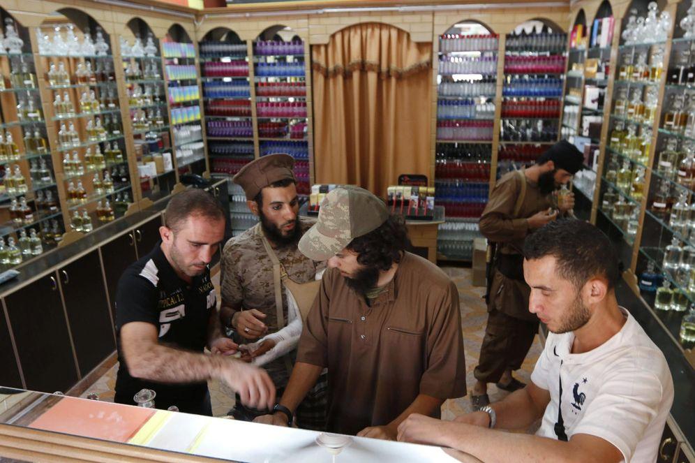 Foto: Milicianos del ISIS inspeccionan una perfumería en Raqqa, su 'capital' en Siria, en septiembre de 2014 (Reuters).