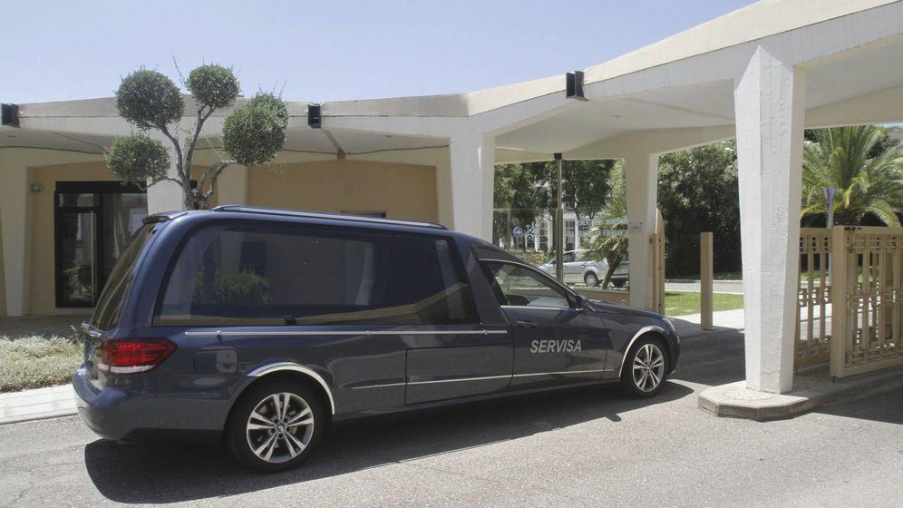 Foto: Un coche funerario traslada el cadáver de Blesa a Córdoba. (EFE)
