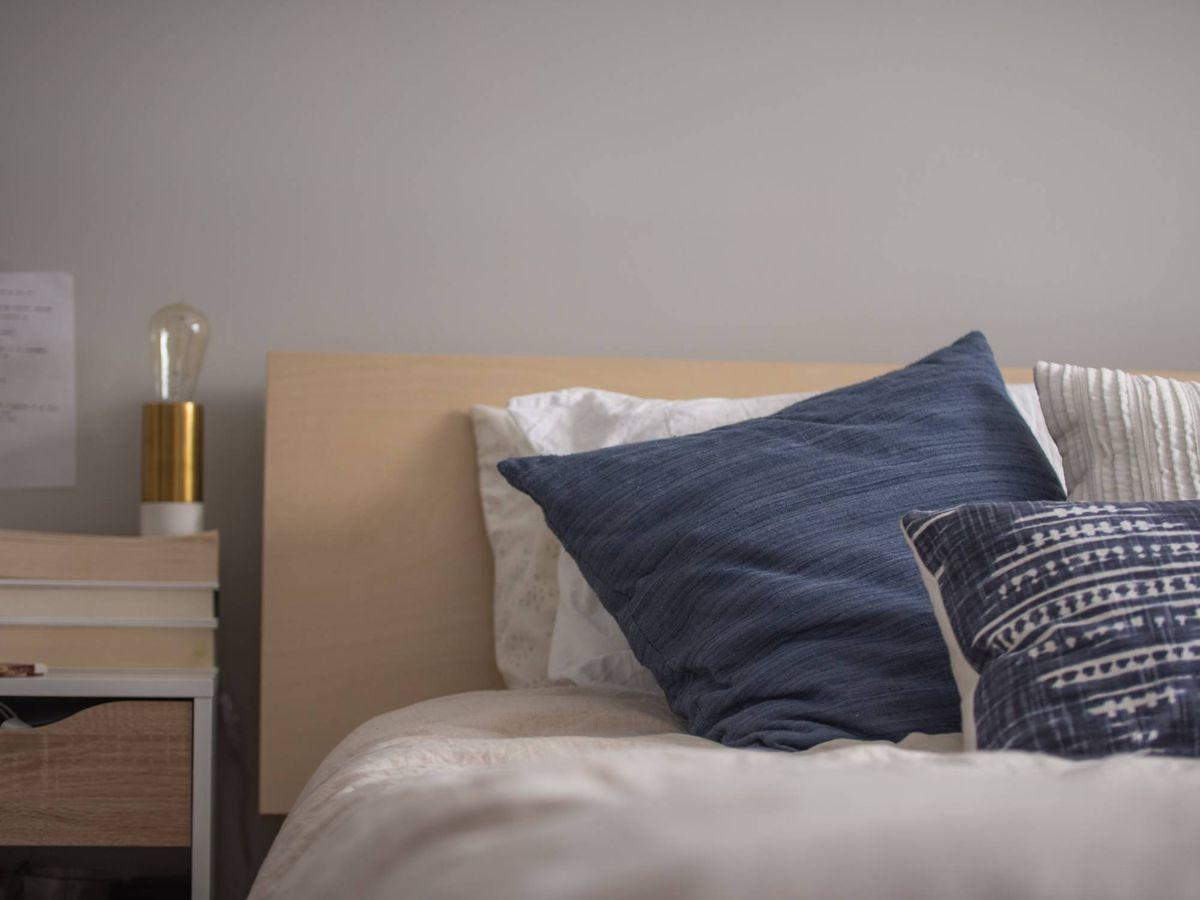 Foto: Decora tu casa con cojines. (Christopher Jolly para Unsplash)