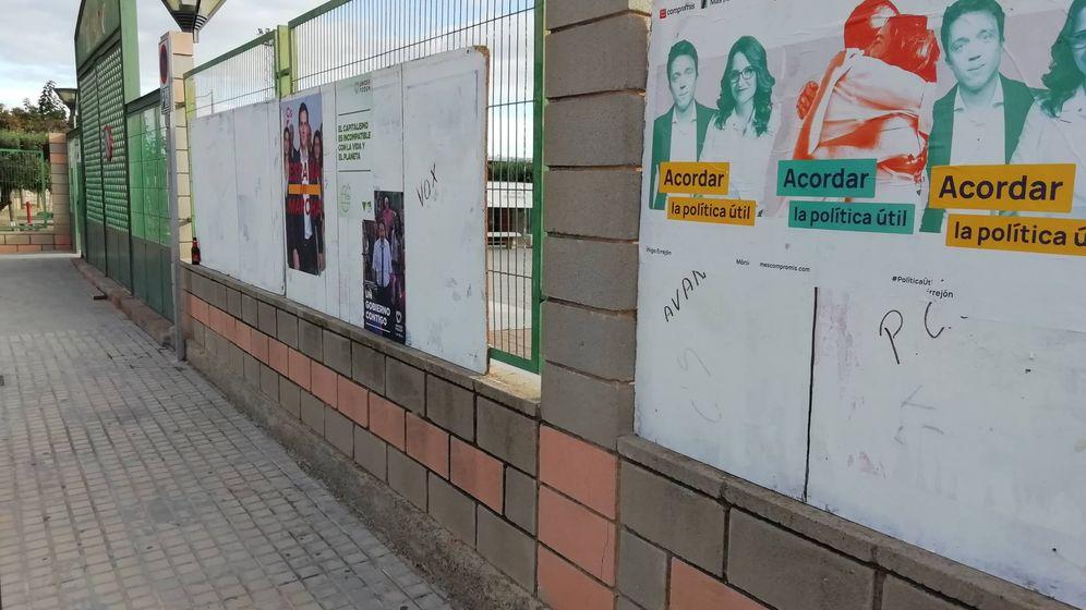 Foto: En Alfara, las tablas con los espacios para carteles electorales están semivacías el lunes, con la campaña ya en marcha. (V.R.)