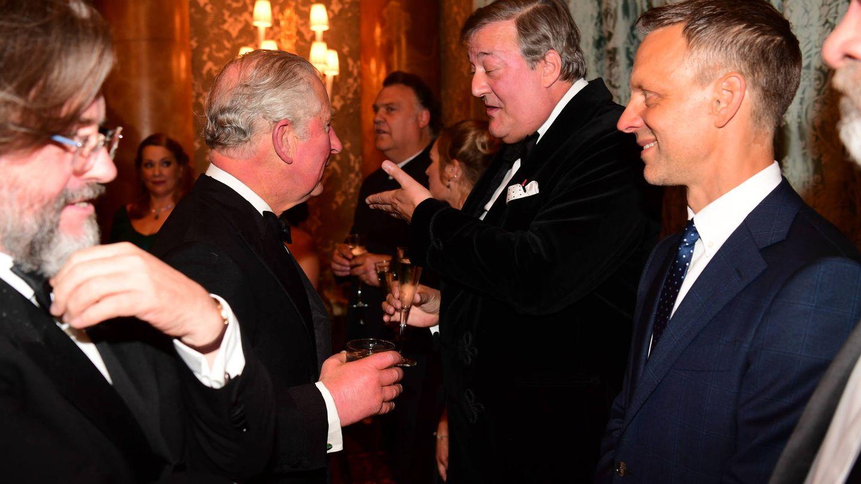 El príncipe saluda al director Stephen Fry. (Getty)