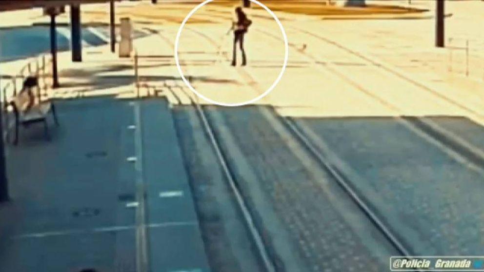Un policía salva la vida a una mujer cuando iba a ser arrollada por un tren