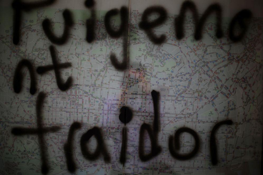 Foto: Grafiti en una parada de autobús en Barcelona donde se lee Puigdemont traidor. (Reuters)