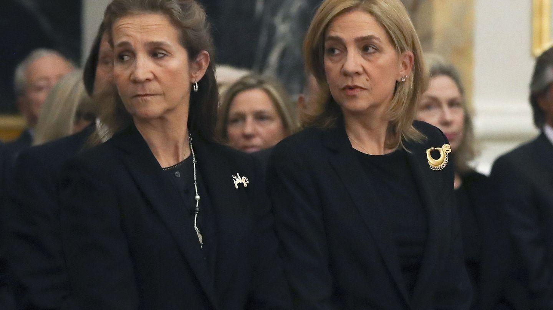 Las infantas Elena y Cristina, durante el funeral por la infanta Alicia de Borbón-Parma. (EFE)