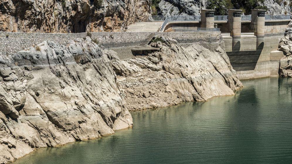 Foto: Foto de archivo del embalse del Gorg Blau, en la Sierra de Tramuntana, en mínimos de su capacidad. (EFE)
