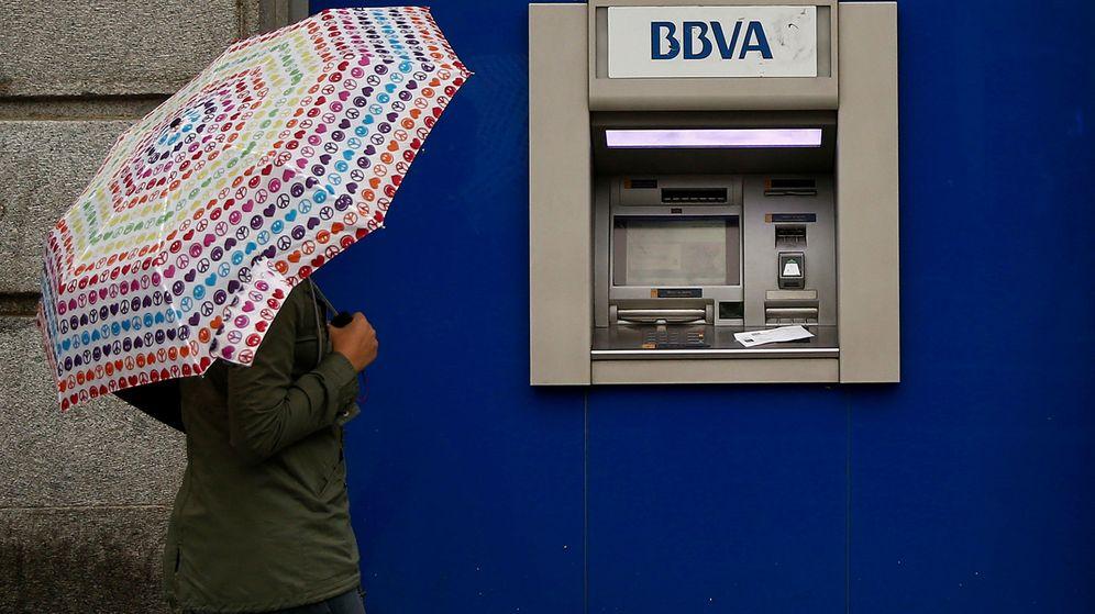 Foto: Una mujer camina frente a un cajero de BBVA en Madrid. (Reuters)