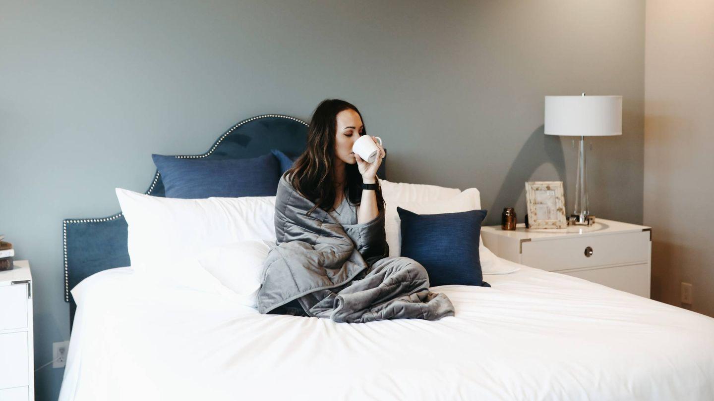 Despídete de la pereza y haz ejercicio físico sin salir de la cama. (Lina Verovaya para Unsplash)