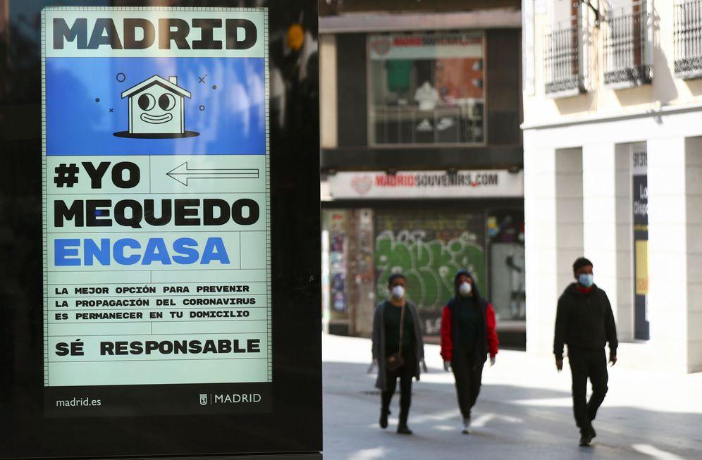 Foto: Cartel en la calle Preciados llamando a la responsabilidad de los ciudadanos. (Reuters)