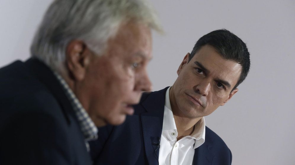 Foto: El secretario general del PSOE, Pedro Sánchez, junto al expresidente del Gobierno Felipe González. (Efe)