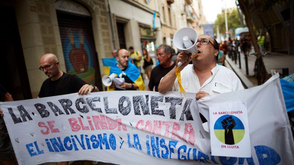 Foto: Vecinos de la Barceloneta se manifiestan para exigir al Ayuntamiento de Barcelona más medidas para frenar el incivismo y la inseguridad. (EFE)