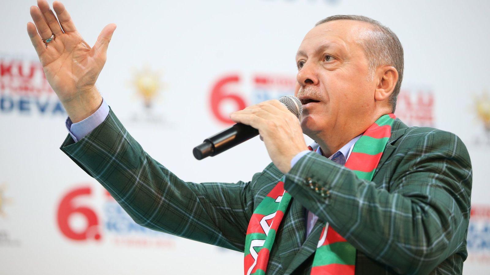 Foto: El presidente turco Recep Tayyip Erdogan en un congreso de su partido en Estambul, el 15 de abril de 2018. (EFE)