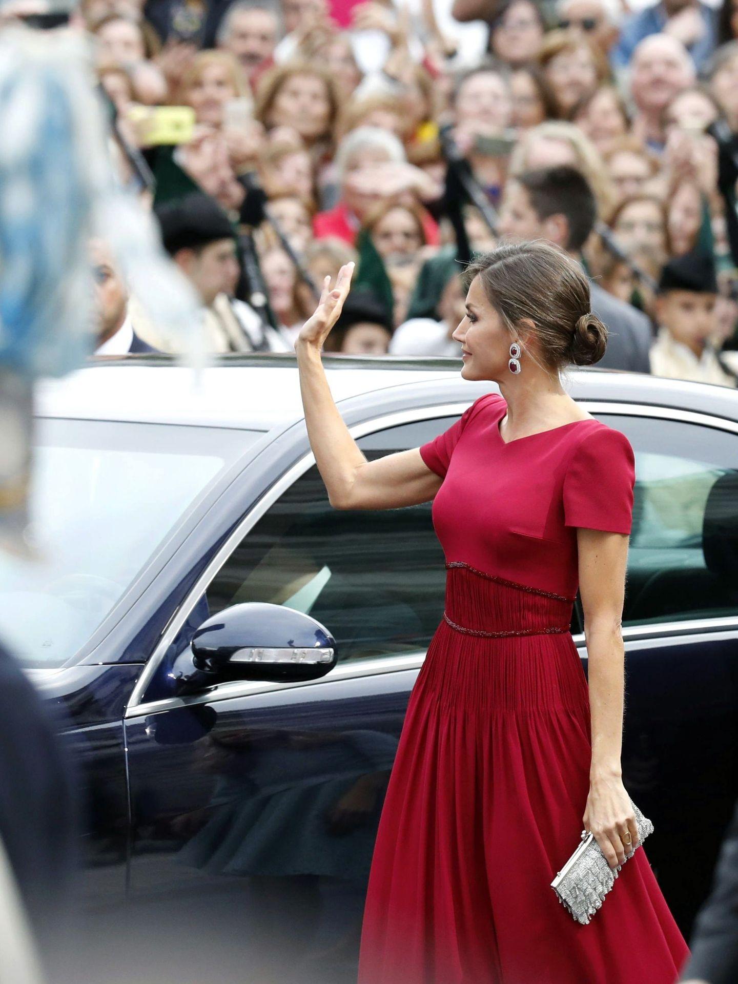 La reina Letizia, saludando al público en los Premios Princesa de Asturias de 2019. (EFE)