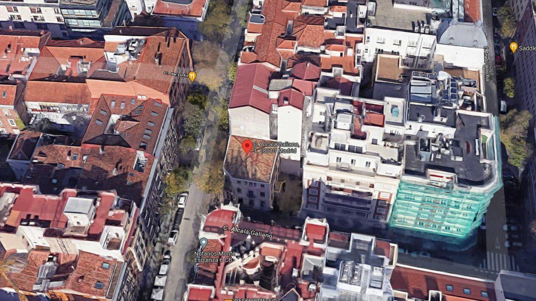 Alcalá Galiano 1 está rodeado de edificaciones más altas.