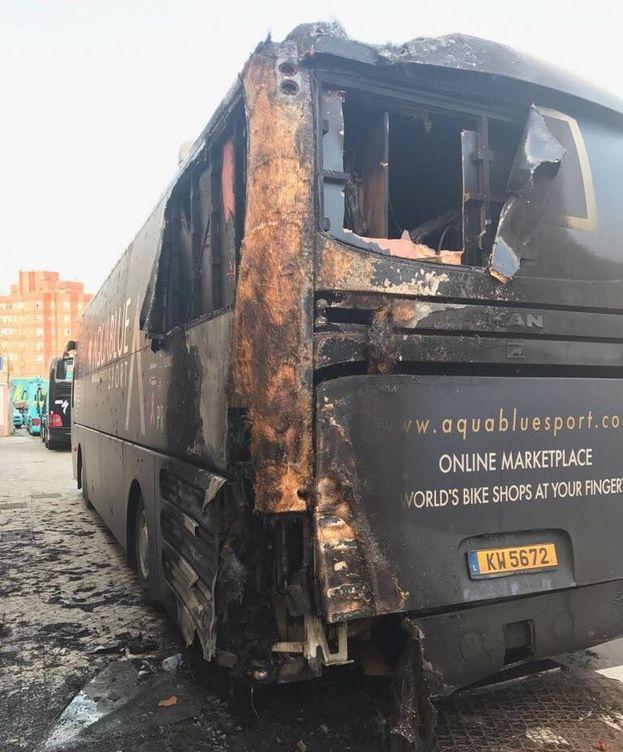 Foto: El autobús del Aqua Blue Team amaneció quemado. (@AquaBlueSport)