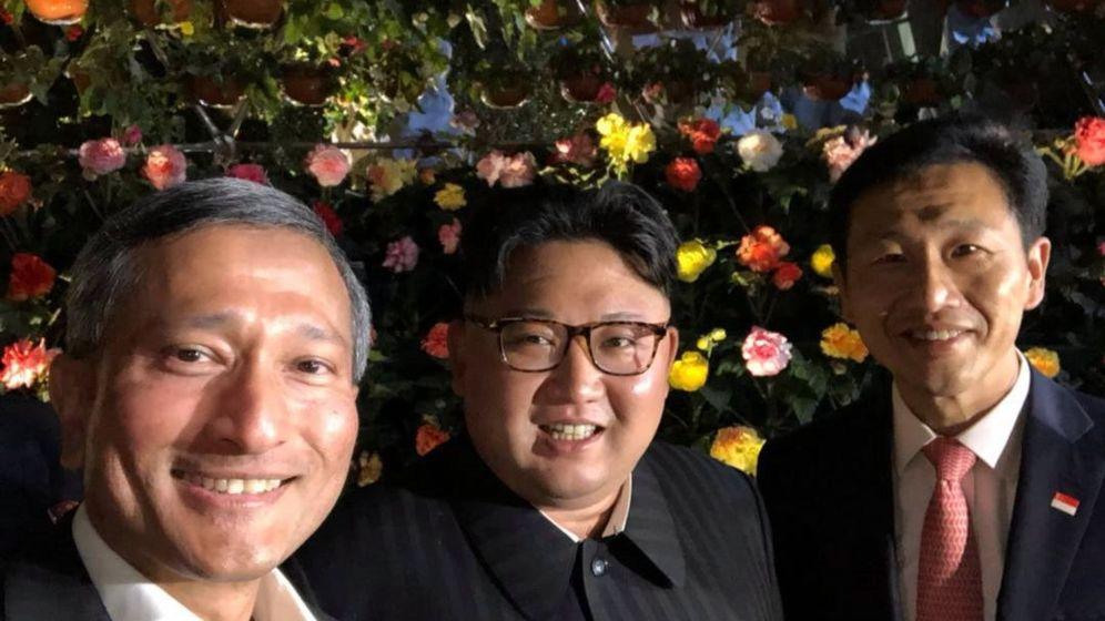 Foto: El ministro de Exteriores de Singapur, Vivian Balakrishnan (i), al líder norcoreano Kim Jong-un (c), y al ministro de Educación de Singapur, Ong Ye Kund (d). (EFE)