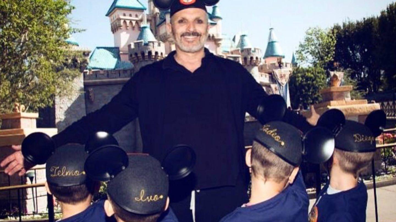 Miguel Bosé, con sus hijos en Disneyland en 2017. (Instagram)