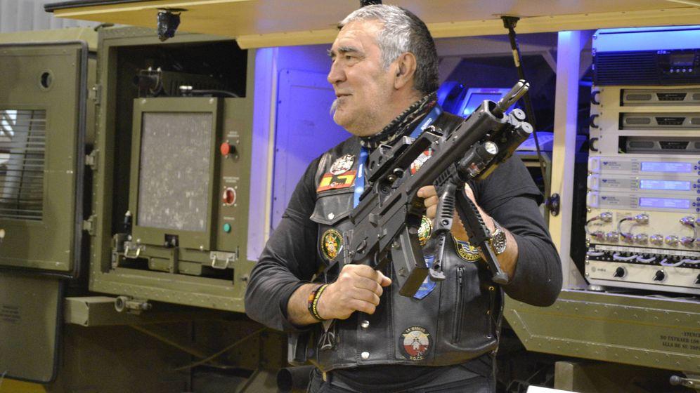 Foto: Un visitante de la feria posa con un arma. (M. Z.)