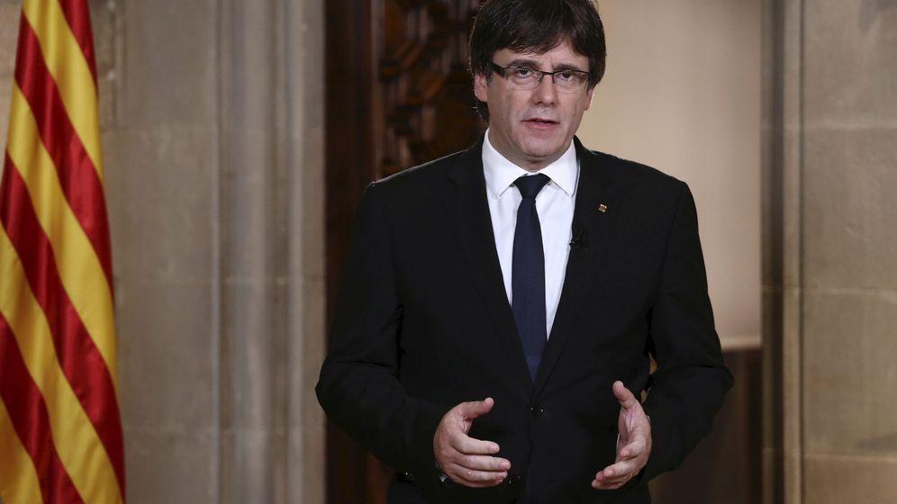 Foto: Carles Puigdemont, durante la declaración institucional de este 4 de octubre en el Palau de la Generalitat. (EFE)