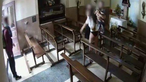 Captan el momento en que cuatro jóvenes roban un Cristo de una capilla de Barcelona
