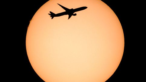 Vista de la silueta de un avión sobre el sol