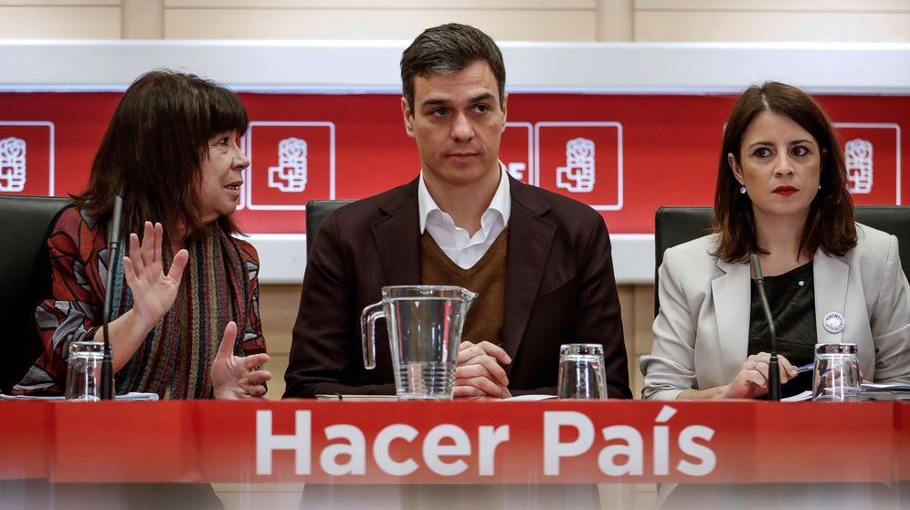 Foto: El secretario general del PSOE, Pedro Sánchez (c), acompañado por la presidenta del partido, Cristina Narbona (i), y la vicepresidenta, Adriana Lastra. (EFE)