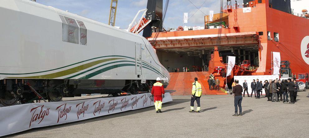 Foto: El primer AVE Talgo fabricado para Arabia Saudí embarca en el puerto de Barcelona. (EFE)