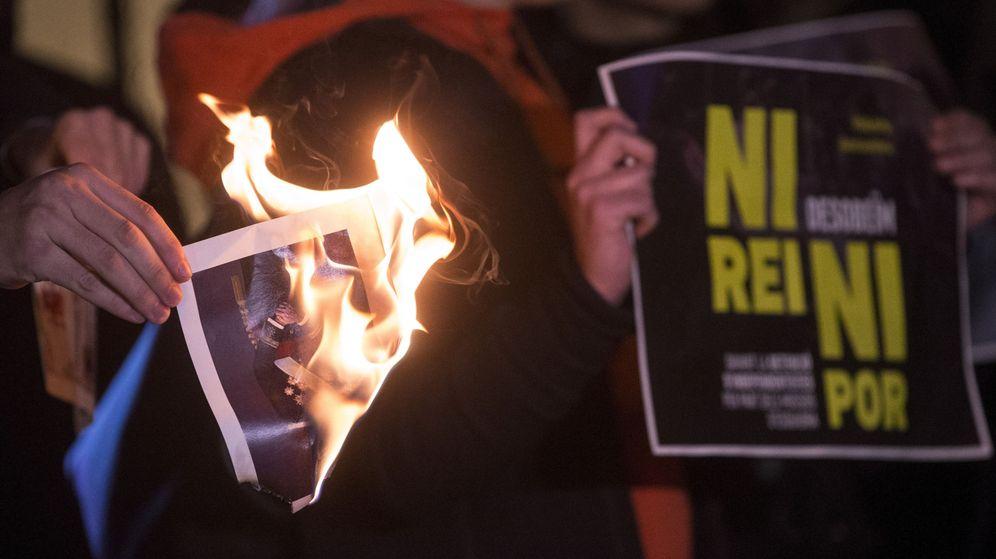 Foto: Imagen de archivo de la quema de una foto de Rey. (EFE)