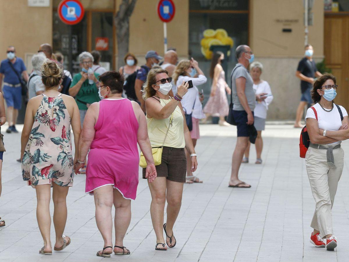 Foto: Varias personas pasean por las calles de Mallorca. (Reuters)