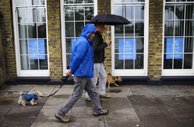 Foto: Dos londinenses pasan ante carteles a favor de la permanencia en la UE, el 14 de junio de 2016. (Reuters)
