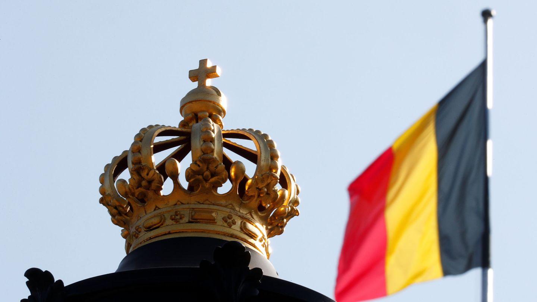 Bandera de Bélgica en el exterior del palacio real de Bruselas. (Reuters)