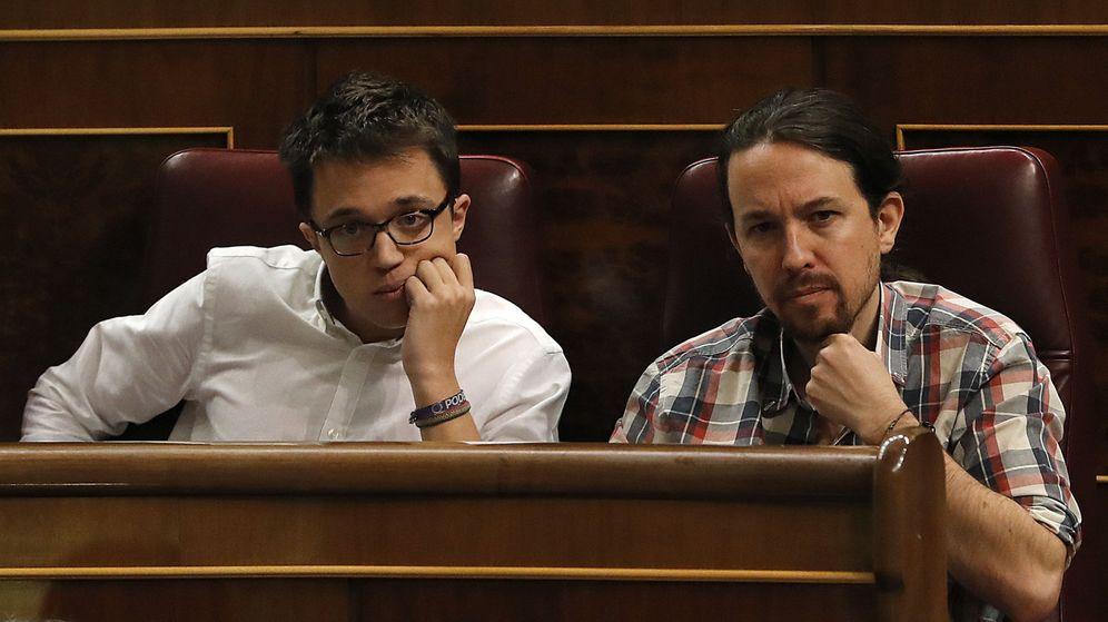 Foto: El líder de Podemos, Pablo Iglesias (d), y el portavoz parlamentario de Podemos, Íñigo Errejón (i). (EFE)