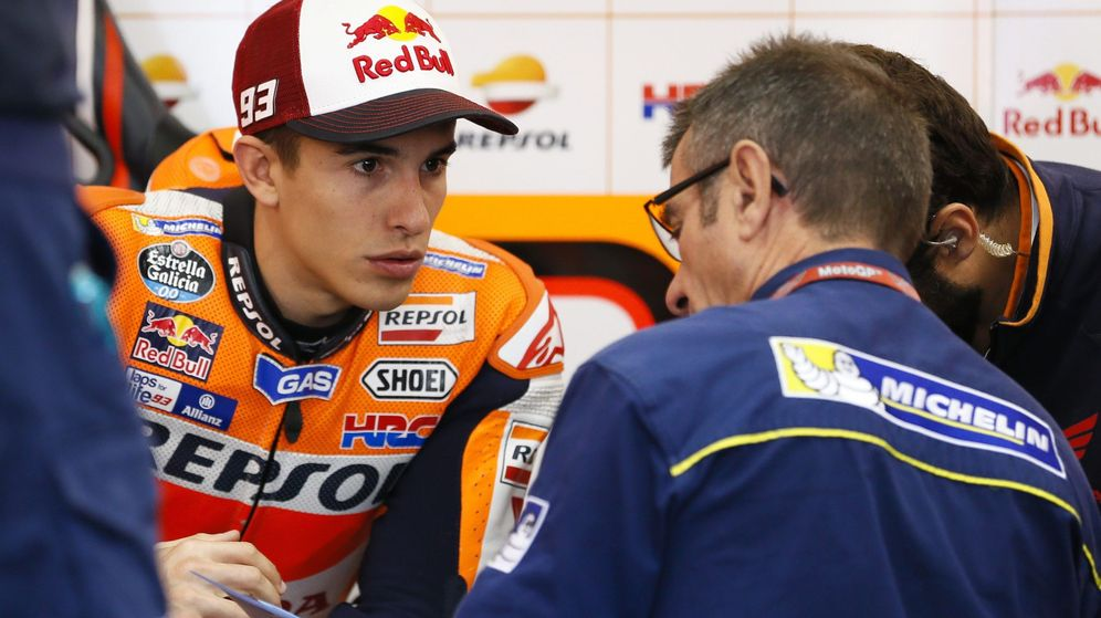 Foto: Márquez conversa con un miembro de Michelin. (EFE/EPA)