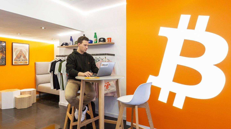 Interior de un local con cajero de criptomonedas. (BitBase)