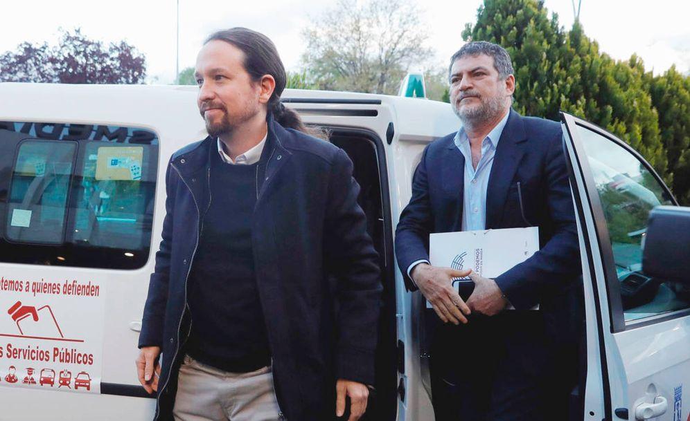 Foto: Pablo Iglesias y su jefe de gabinete, Pablo Gentili, a su llegada en taxi al debate electoral de Atresmedia. (EFE)