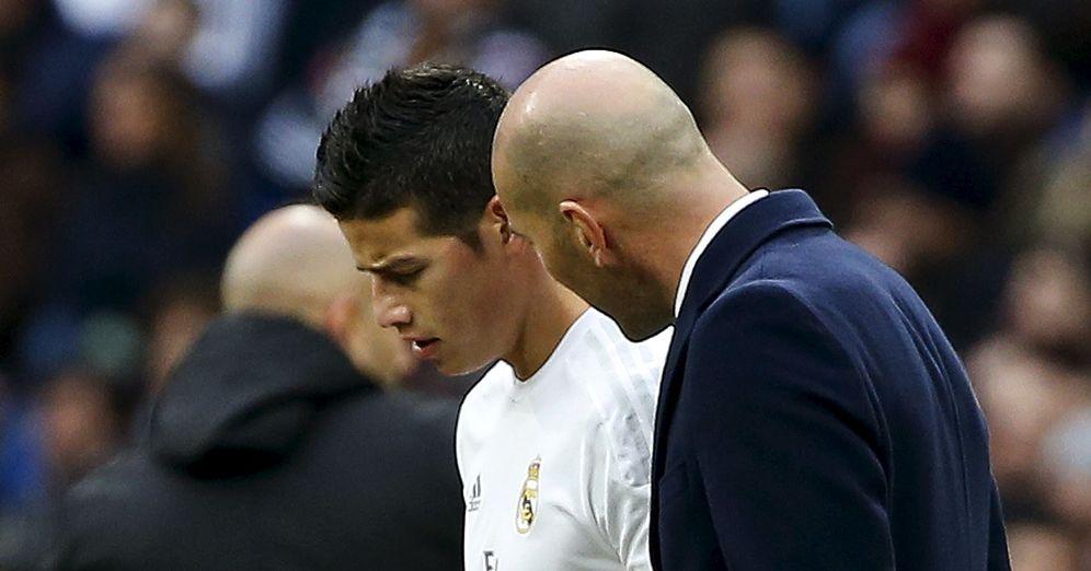 Foto: Zidane y James, durante el Real Madrid-Sporting disputado en el Santiago Bernabéu (Reuters)