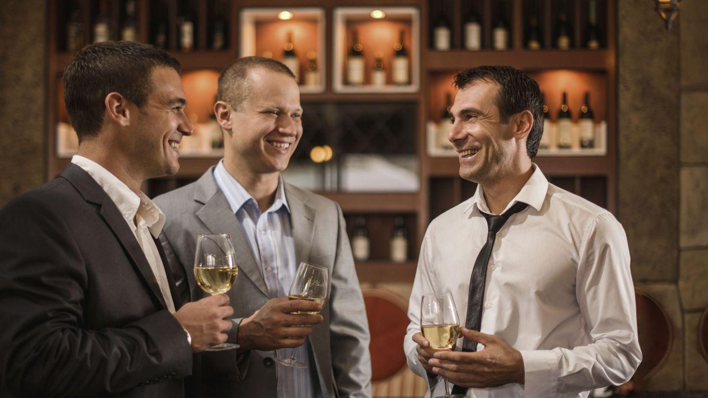 Foto: Contextos informales como el bar, la universidad o el club de campo favorecen la creación de redes de clientelismo. (iStock)