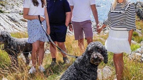 Mette-Marit y sus hijos inauguran el verano con un posado al aire libre