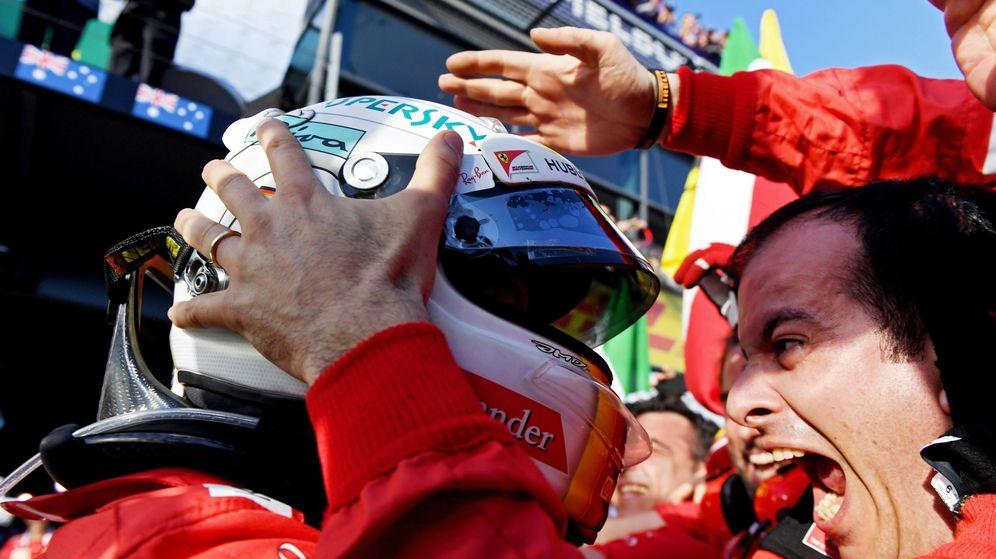 Foto: Sebastian Vettel celebra con sus mecánicos la victoria en el GP de Australia. (EFE)