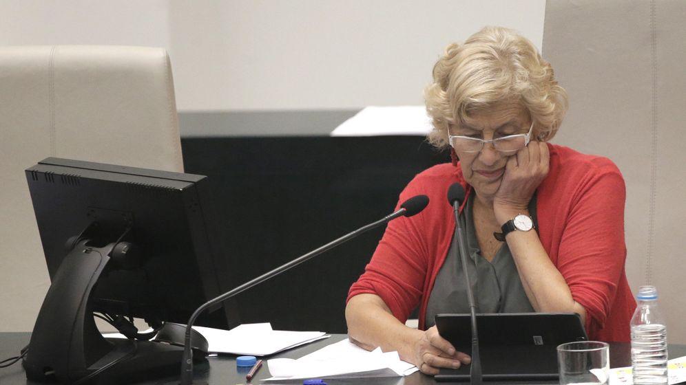 Foto: La alcaldesa Manuela Carmena, durante el pleno municipal del Ayuntamiento de Madrid este miércoles. (EFE)
