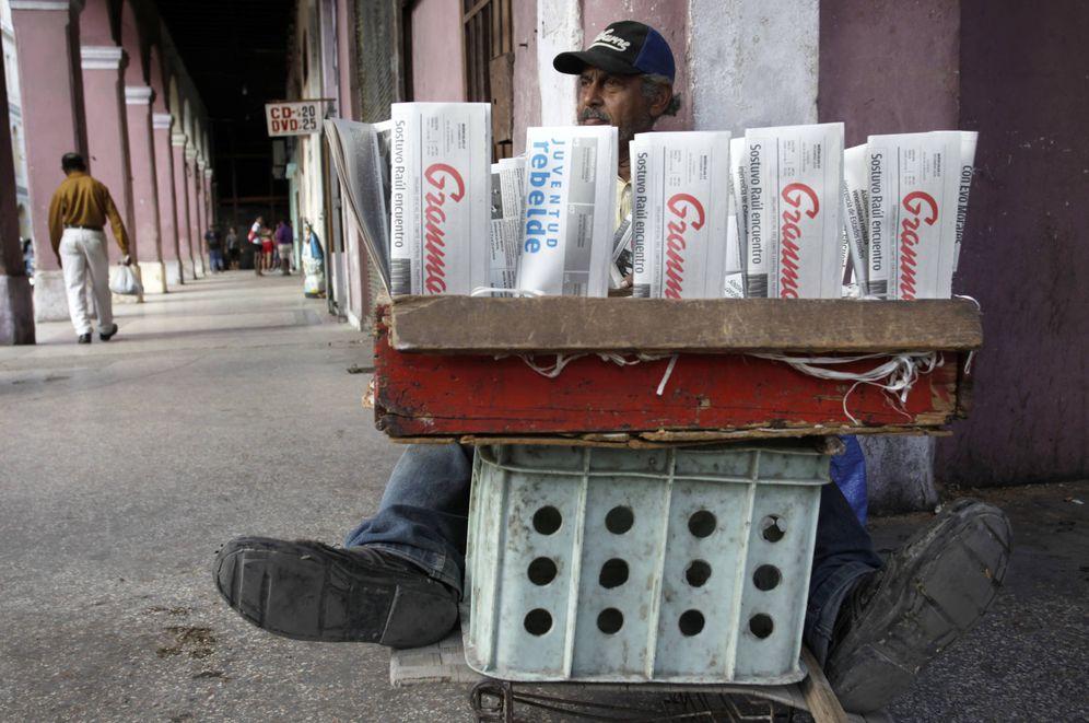 Foto: Un cubano vende periódicos en una calle de La Habana, el 17 de diciembre de 2014 (Reuters).