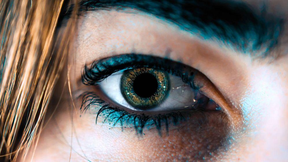 Foto: Me he comprado un lápiz de ojos de color azul eléctrico. (Unsplash)