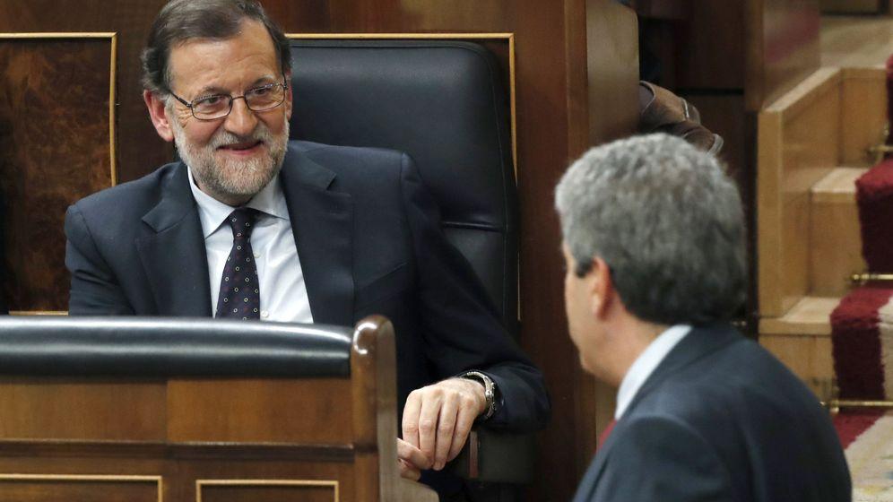 Foto: El portavoz de CDC en el Congreso de los Diputados, Francesc Homs (d), pasa ante el presidente del Gobierno en funciones, Mariano Rajoy. (EFE)