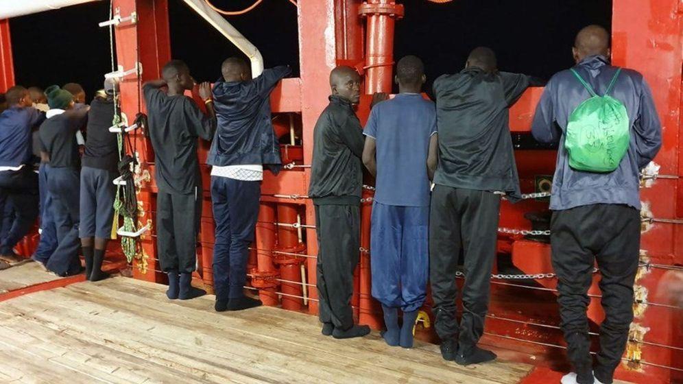 Foto:  Fotografía facilitada por Médicos Sin Fronteras (MSF) de algunos de los anteriores 82 migrantes del barco humanitario Ocean Viking rescatados