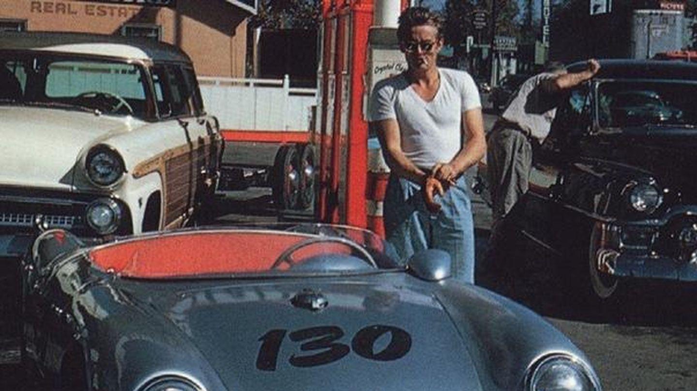 James Dean posa junto a Little Bastard, el coche que lo llevó a la muerte. (CP)