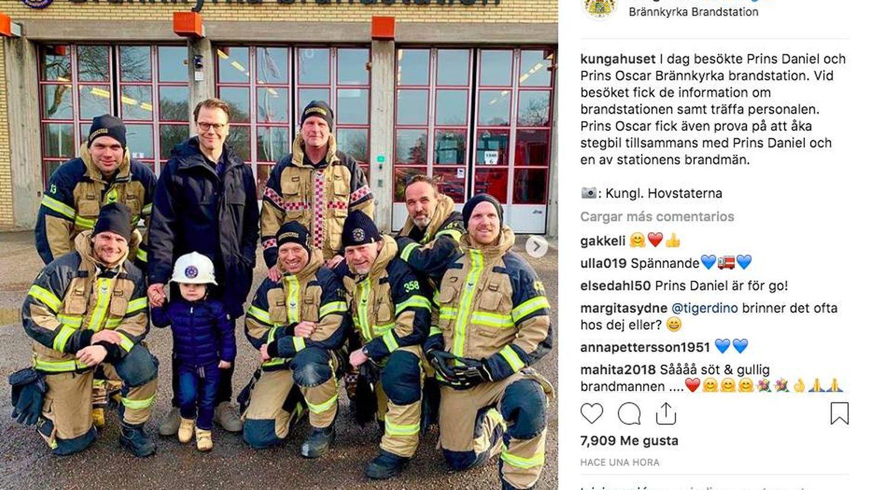 El príncipe Oscar visita una estación de bomberos junto a su padre. (Redes sociales)